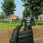 Statue de pêcheur près du port de plaisance.