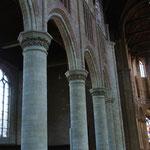 Sobriété des piliers et chapiteaux