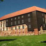 Le château et la partie restaurée en bois