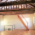 Galerie über dem Yogaraum, auf der auch geschlafen werden kann