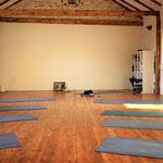 Im Yogaraum ist Platz für 15 Yogamatten