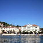 Schulgebäude im Hafen von Vela Luka