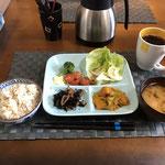 12月16日月曜日、Ohana朝食「カレー味の野菜炒め(玉ねぎ、もやし、人参)レタスとブロッコリーとプチトマトサラダ、ひじき煮、みそ汁(ねぎ、大根の葉、油揚げ)」