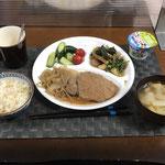 5月23日日曜日、Ohana夕食「ポークステーキ(もやしと玉ねぎの野菜炒め添え)、ほうれん草とちくわとウインナーのめんつゆ炒め、きゅうりの浅漬け、プチトマト、みそ汁(大根、大根の葉、油揚げ)、ヨーグルト」