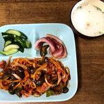 8月11日水曜日、Ohana朝食「ナポリタン(玉ねぎ、なす、ピーマン、ベーコン)、ベーコン焼、きゅうり浅漬け、ロールパン」