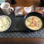 5月31日日曜日、Ohana朝食「野菜たっぷりのミルク煮、サラダ(キャベツ、カニカマ、キュウリ、パイン)、おかずパン、菓子パン」