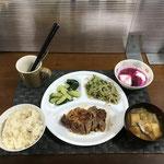 10月9日土曜日、Ohana夕食「ガーリックペッパーのポークステーキ、もやしと豆苗のツナ和え、きゅうりの浅漬け、みそ汁(白菜、油揚げ)、ヨーグルト(ドラゴンフルーツソースかけ)」