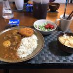 4月19日日曜日、Ohana夕食「カレーライス、コロッケ、サラダ(水菜、ハム、プチトマト)、みそ汁(ねぎ、とうふ、油揚げ)、ヨーグルト」