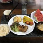 8月1日日曜日、Ohana夕食「醤油と酢のソースの鶏焼き(サニーレタス添え)、カボチャサラダ、みそ汁(玉ねぎ、油揚げ)、スイカ、パウンドケーキ」