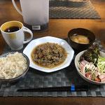 12月20日金曜日、Ohana夕食「野菜炒め(キャベツ、豚肉、玉ねぎ、もやし、人参)、水菜とハムとプチトマトの和風ドレッシングサラダ、みそ汁(ねぎ、油揚げ)」