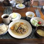 7月11日土曜日、Ohana朝食「野菜炒め(キャベツ、人参、玉ねぎ、ナス、豚肉)、サラダ(水菜、ハム、カニカマ、プチトマト)、みそ汁(ねぎ)、もやしのナムル、スイカ」