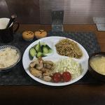 7月3日土曜日、Ohana夕食「鶏肉のバジルソテー、もやし炒め(醤油とゴマ油味)、きゅうりの浅漬け、新玉ねぎと入りたまごスープ、ミニカップケーキ」