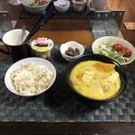 2月11日木曜日、Ohana夕食「野菜たっぷりのミルク煮(白菜、かぼちゃ、玉ねぎ、まいたけ、鶏肉)、サラダ(水菜、ツナ、プチトマト)、なめこカレー炒め、プリン」