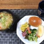 1月11日土曜日、Ohana朝食「サラダ(レタス、タマネギ、リンゴ、ブロッコリー、カリフラワーカレー酢)、野菜たっぷりワンタンスープ(スーラータン風)、ロールパン」