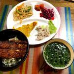 7月16日火曜日、Ohana夕食「サンマの蒲焼丼、豚冷しゃぶ、春雨サラダ、青キャベツの千切り漬け、トマト、ネギとしょうがスープ」