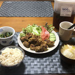 2月29日土曜日、Ohana夕食「タンドリーチキン、生野菜(レタス、トマト、きゅうり)、ほうれん草の胡麻和え、みそ汁(白菜、玉ねぎ、豆腐)」