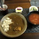 1月25日月曜日、Ohana朝食「カレーライス、ベーコンと人参と玉ねぎが入ったトマトスープ、茹でブロッコリー、プリン」