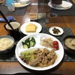 9月2日木曜日、Ohana夕食「とりの照り焼き煮、サラダ、きゅうりの浅漬け、なめこのカレー粉炒め、みそ汁(茄子、玉ねぎ)、パウンドケーキ」