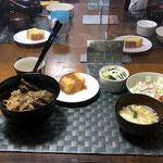 4月1日木曜日、Ohana夕食「焼肉丼、サラダ(白菜、きゅうり、カニカマ、ハム、プチトマト)、たまごスープ、茹でブロッコリー、パウンドケーキ」