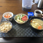 2月9日日曜日、Ohana朝食「ポトフ(じゃがいも、人参、ウインナー、ぶなしめじ、たまねぎ、)、サラダ(水菜、白菜、トマト)、なます、ヨーグルト」
