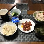 8月6日金曜日、Ohana夕食「レタスと紫たまねぎの冷しゃぶサラダ、ウインナーのケチャップ炒め、キュウリの浅漬け、みそ汁(玉ねぎ、わかめ)、ヨーグルト」