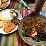 8月18日日曜日、Ohana夕食「きのこ入り夏野菜カレー、さくらえびコロッケ、ハッシュドポテト、ポテトサラダ、線きゃぺつ、野菜ピクルス、マンゴ―ム」