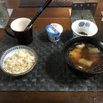 12月7日月曜日、Ohana朝食「鶏と大根の煮物、ごはんのお供(大根の葉の炒め煮)、ヨーグルト」
