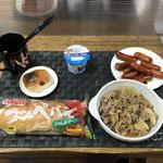 8月23日月曜日、Ohana朝食「野菜炒め、ウインナーのケチャップ炒め、コッペパン、ミニウインパーパン、ヨーグルト」