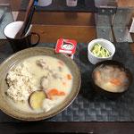 1月4日月曜日、Ohana朝食「クリームシチュー、ポトフ(玉ねぎ、人参、ウインナー、じゃがいも)、茹でブロッコリー、ヨーグルト」