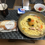 10月9日金曜日、Ohana朝食「スープパスタ(スープは前日のミルク煮)、もやしとカンタン酢サラダ(きゅうり、プチトマト)、パン、ヨーグルト」