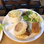 3月30日月曜日、Ohana朝食「カツサンド、ソーセージパン、スパグラ、サラダ、コンソメスープ(玉ねぎ、ほうれん草)、マミー」