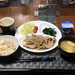 2月4日木曜日、Ohana夕食「生姜焼き、千切りキャベツ、プチトマト、ほうれん草の胡麻和え、みそ汁(白菜、ねぎ、油揚げ)、ヨーグルト」