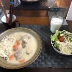 1月3日日曜日、Ohana夕食「クリームシチュー(玉ねぎ、人参、さつま芋、舞茸、とり肉)、サラダ(キャベツ、サニーレタス、パイナップル、プチトマト)、茹でブロッコリー、ラッシー」
