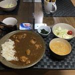 10月22日木曜日、Ohana夕食「チキンカレーライス、サラダ(キャベツ、リンゴ、きゅうり、プチトマト)、玉ねぎと玉子スープ、ヨーグルト」