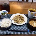 1月3日金曜日、Ohana夕食「野菜炒め(キャベツ、玉ねぎ、豚肉)、ほうれん草の胡麻和え、みそ汁(とうふ、ねぎ)」