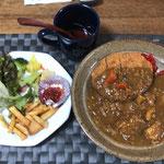 1月11日土曜日、Ohana夕食「カレー(鶏肉、鯖缶、玉ねぎ、人参、じゃがいも)、メンチカツ、フライドポエテト、サラダ(サニーレタス)」