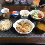 7月27日月曜日、Ohana朝食「ごぼうとウインナーのピリ辛煮(人参、玉ねぎ、キャベツ)、サラダ(水菜、プチトマト、カニカマ)、みそ汁(かぼちゃ、ねぎ)、もやしのナムル、ヨーグルト」