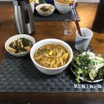 3月25日水曜日、Ohana夕食「カレーうどん、サラダ(サニーレタス、大根サラダ)、煮物(大根、昆布、ちくわ)」