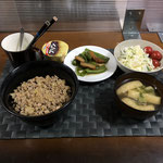 4月18日日曜日、Ohana夕食「肉そぼろ丼、さつま揚げとピーマンのきんぴら、サラダ(キャベツ、きゅうり、パイン、プチトマト)、みそ汁(油揚げ、大根の葉)、プリン」