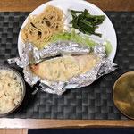 3月13日金曜日、Ohana食「鮭のホイル焼き、きのこ醤油パスタ、こうたいさいからししょう油のおひたし、みそ汁(わかめ、油揚げ)」