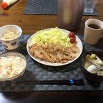 3月27日金曜日、Ohana夕食「生姜焼き、生野菜(キャベツ、プチトマト)、もやしのナムル、みそ汁(ナス、キャベツ)」