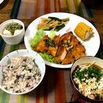 7月12日金曜日、Ohana夕食「油淋鶏、レタス添え、ゆでとうもろこし、きゅうりの中華風漬物、だしかけ冷奴、ふりかけご飯、冷麦」