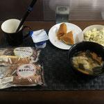 7月4日日曜日、Ohana朝食「ポテトサラダ、野菜入りワンタンスープ、かぼちゃの甘煮、総菜パン2個、ヨーグルト」