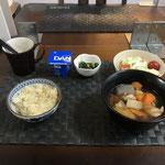 10月26日月曜日、Ohana朝食「大根と鶏肉の煮物、サラダ(白菜、リンゴ、プチトマト)、ほうれん草となめ茸和え、ヨーグルト」