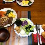7月14日日曜日、Ohana夕食「ビーフステーキ(300g)、ナポリタン添え、蒸しジャガイモ、サラダ(レタス、こんぶ、きゅうり、ポテサラ)、味噌汁、コストコ半熟成パンx2