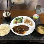 5月16日日曜日、Ohana夕食「トンキテ、野菜炒め(もやしと玉ねぎをトンテキと一緒に炒めた)、新玉ねぎのスライス(鰹節と味ぽん味)、茹でブロッコリー(プチトマト添え)、みそ汁(ねぎ、油揚げ)、ヨーグルト」