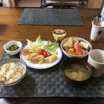 3月9日水曜日、Ohana朝食「大根と鳥肉の煮物、ウインナーとチーズの油揚げ巻き焼き(カレー味)、生野菜(レタス、プチトマト)ほうれん草の胡麻和え、みそ汁(豆腐、わかめ)、プリン」