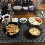 7月19日日曜日、Ohana夕食「野菜たっぷりカルビ丼(キャベツ、もやし、ピーマン、玉ねぎ)、サラダ(キャベツ、ハム、きゅうり、プチトマト)、玉子スープ、ヨーグルト」