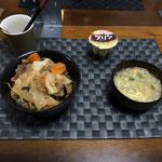 8月7日金曜日、Ohana夕食「野菜たっぷりカルビ丼(キャベツ、もやし、玉ねぎ、ねぎ、ナス、人参)、あんかけもやし玉子スープ、プリン」