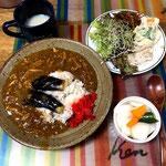 6月23日日曜日、Ohana夕食「チキンカレー、茄子揚げトッピング、鶏ハムサラダ(サニーレタス、スーパーブロッコリースプラウト)きんぴらごぼう、玉ねぎ、きゅうり、パプリカのピクルス、マミー」